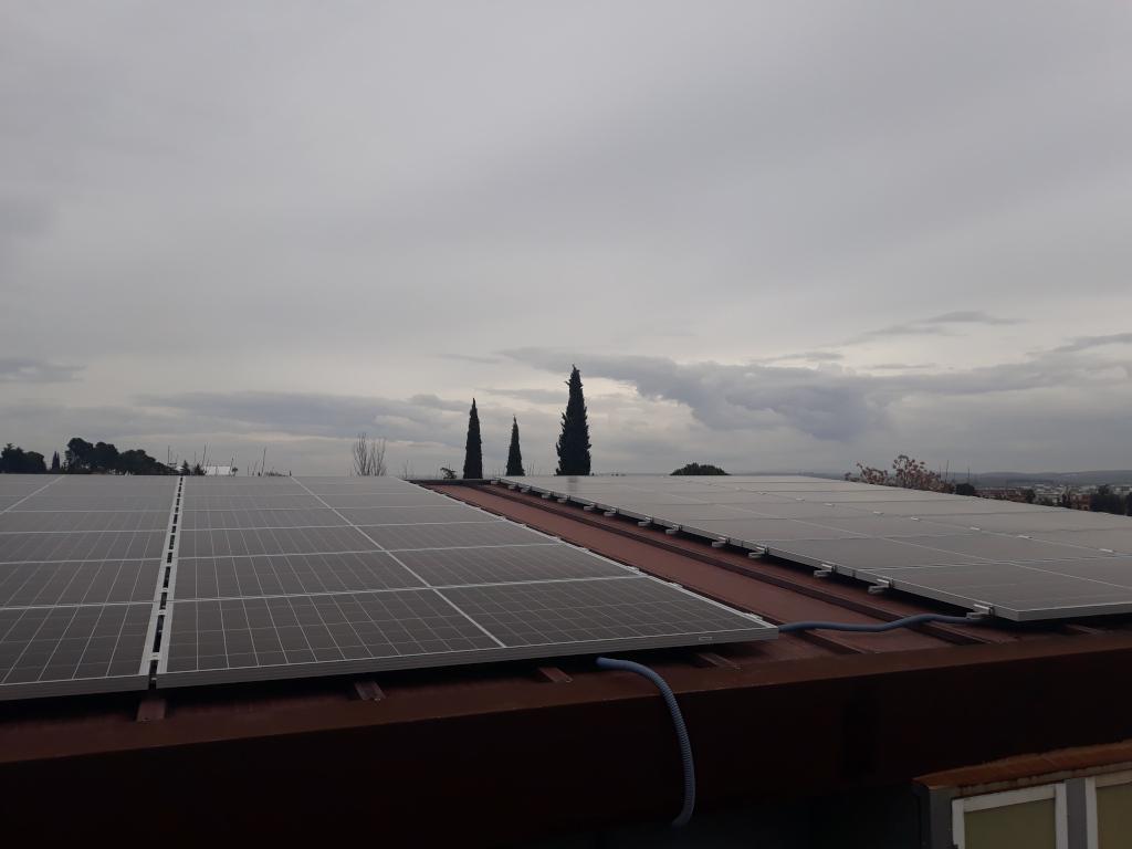Instalación fotovoltaica de autoconsumo en techo del Hospital La Arruzafa