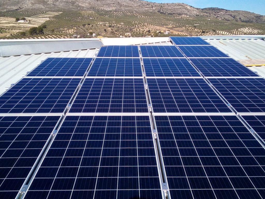 Instalación fotovoltaica de autoconsumo techo de nave industrial Pedro Leiva